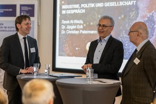 Im Gespräch: Der Hessische Wirtschaftsminister Tarek Al-Wazir (Mitte) mit Dr. Jürgen Eck (CEO BRAIN AG, links) und Dr. Christian Patermann.