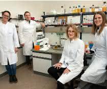 Haben eine Bakterienkapsel im Reagenzglas nachgebaut (von links): Prof. Tanja Schneider, Dr. Marvin Rausch, Julia Deisinger und Dr. Anna Müller.