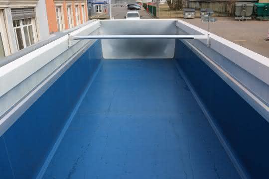 Die Muldenauskleidung des Sattelkippers S.Kl von Cargobull sorgt dafür, dass die Ladung schneller von der Ladefläche gleitet.