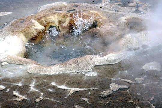 Zerklüftetes Gestein, wassergefüllte Poren mit starken Temperaturunterschieden...