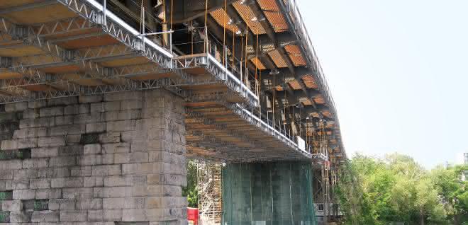 Das patentierte QuikDeck-System von BrandSafway ist prädestiniert für Brückensanierungen.