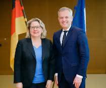 Bundesumweltministerin Svenja Schulze und der französische Umweltminister François de Rugy am 8. April in Berlin.