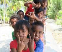 Lachende Kinder in Neuguinea