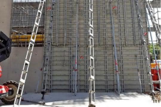 Schalungslösung für 30 Meter lange Brandschutzwand