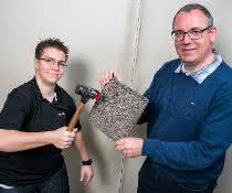 Materialforscher mit beschichtetem Metallschaum
