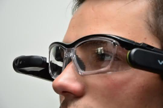 Mann mit Datenbrille