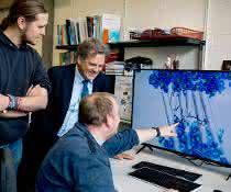 Max Dreier, Klaus Gerwert und Stefan Tenningkeit (von links) betrachten die Darstellung eines Proteins.
