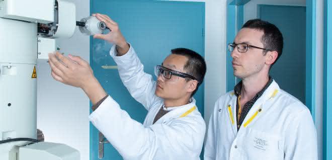 Volodymyr Korkhov (rechts), Biochemiker am PSI, und Chao Qi beim Präparieren einer Probe