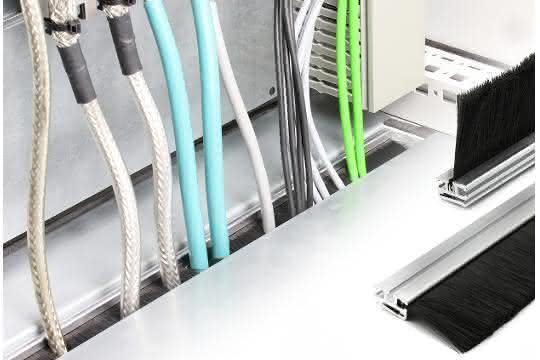 Schaltschrankboden-Einführung: Kabeldurchlass mit Bürstenleiste