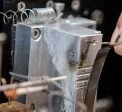 An der Spitze dieser Kohlenstoffelektrode befindet sich dann das winzige Katalysatorpartikel.