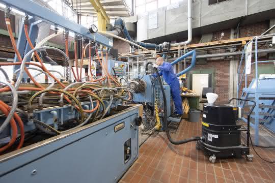 Mit einem Ex-Staubsauger wird die Umgebung der Extrusionsanlagen in der Vestolit-Anwendungstechnik freigehalten