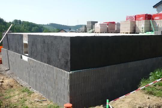 Mauerwerksfeuchte abwehren: Drainsteinsystem schützt vor Feuchtigkeit