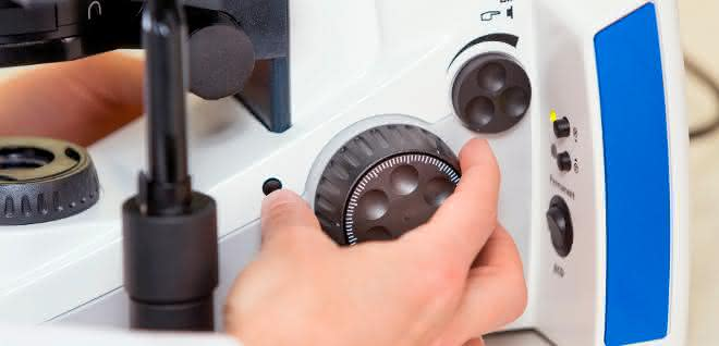 Komfortables Arbeiten im Labor: Mit nur einer Hand auf alle wichtigen Bedienelemente zugreifen.