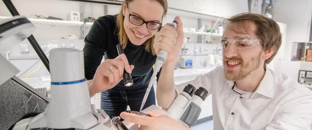 Kristina Tschulik und Mathies Evers entwickeln Methoden, um seltene und teure Edelmetall-Partikel möglichst ressourcenschonend als Katalysatoren nutzen zu können.