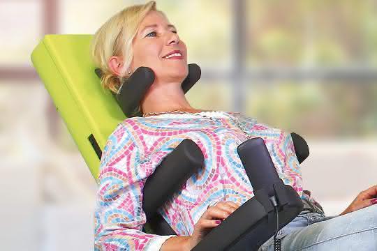Entspannung in Schräglage: Ob mit Nussbaumholz für zu Hause oder mit glatter Oberfläche für die medizin-zertifizierte Anwendung, der grow chair gibt es in den drei Ausführungen grow private, grow medical und grow office.