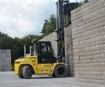 Transportiert die Steinblöcke zum Lagerplatz: der neue Hyster Stapler.