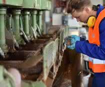 Erzaufbereitung mit Schaumflotation: Dr. Martin Rudolph (Helmholtz-Institut Freiberg für Ressourcentechnologie des HZDR) an der Pilotanlage in Freiberg.