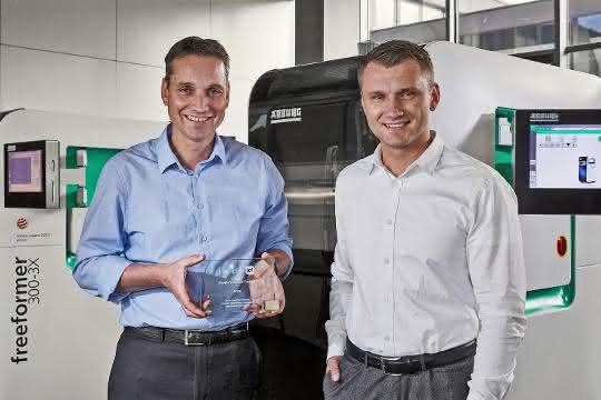 """Lukas Pawelczyk, Abteilungsleiter Vertrieb Freeformer (rechts), und Martin Neff, Abteilungsleiter Kunststoff-Freiformen, freuen sich über den """"People's Choice Award."""