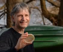 Prof. Dr. Hans-Peter Grossart erforscht die mikrobielle Besiedlung von Mikroplastik in Gewässern.