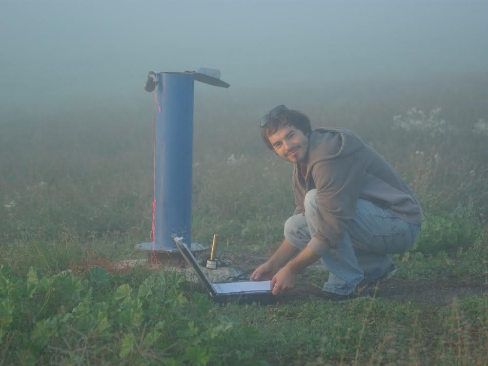 Gabriel Rau erfasst am Brunnen Daten über die Eigenschaften des Untergrunds.