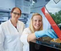Dr. Nora Karnowski (links) und Dr. Maren Hamann (rechts) von der Universität Bonn arbeiten im Life Science Inkubator am Forschungszentrum Caesar an der zukünftigen Ausgründung Clickmer Systems.