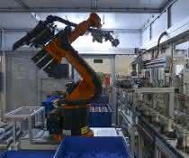 Roboter prüft mit einer Kamera am Greifer