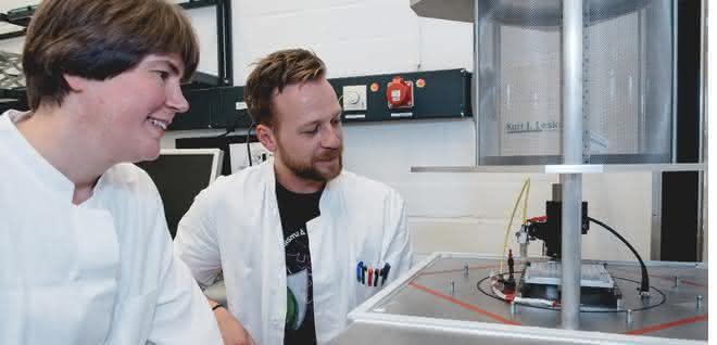 Julia Bandow und Marco Krewing haben Bakterien unter dem Einfluss von Plasmen untersucht.