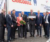 pfenning logistics übernimmt 1.250sten Auflieger von Schmitz Cargobull