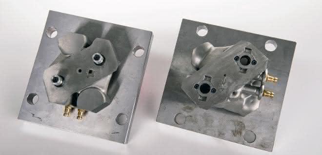 Das neue und optimierte 3D-gedruckte Werkzeug (links) hat stark verkleinerte Bauteilabmessungen gegenüber dem konventionell gebauten früheren Pendant 3D-Druck
