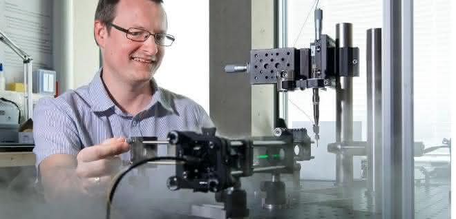 Tobias Weinert, Biochemiker am PSI, mit dem Versuchsaufbau für die «Anregungs-Abfrage»-Kristallografie an der SLS