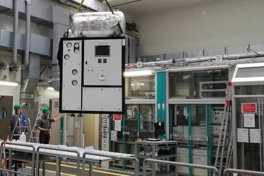 Die Wärmeübertragungsanlage kurz vor der Platzierung in die Einhausung aus Sicherheitsglas am Max-Planck-Institut in Magdeburg.
