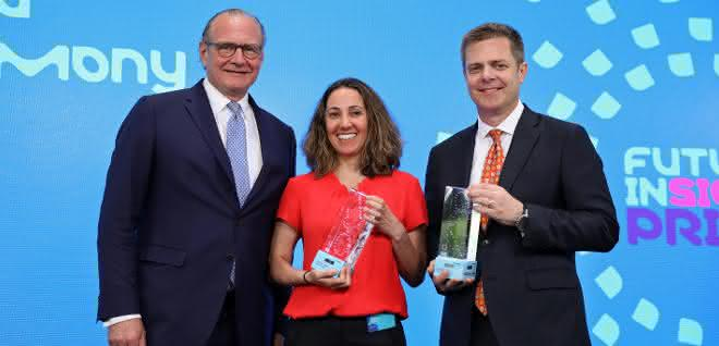 (V.l.n.r.) Stefan Oschmann, Vorsitzender der Geschäftsleitung von Merck, mit den Preisträgern des Future Insight Prize 2019: Pardis Sabeti vom Broad Institute of MIT and Harvard (Cambridge, Massachusetts, USA) und James Crowe vom Vanderbilt University Medical Center (Nashville, Tennessee, USA).