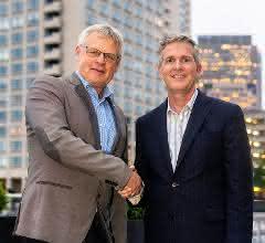 Dr. Andreas Fischer, Werum IT Solutions, und Charles Mooney, Blood Centers of America, bei dem Vertragsabschluss