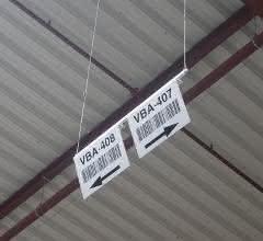 Schilder in fünfeinhalb Metern Höhe sind im 90-Grad-Winkel abgekantet