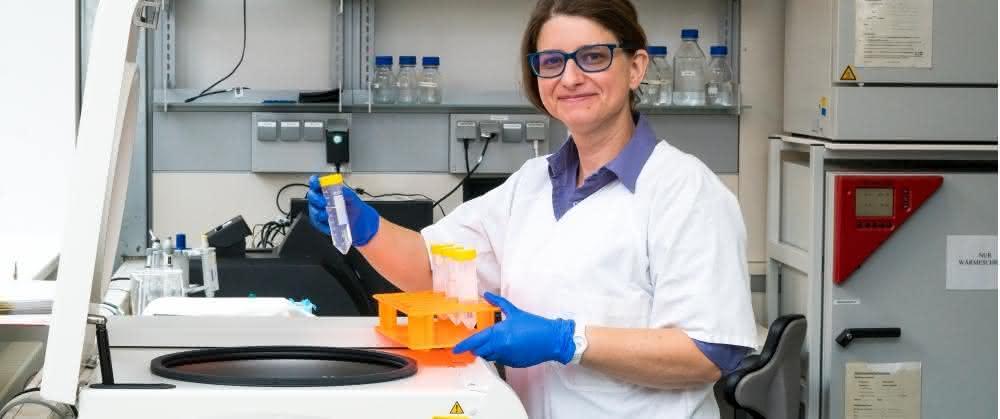 Dr. Peggy Stock bei ihrer Arbeit im Labor