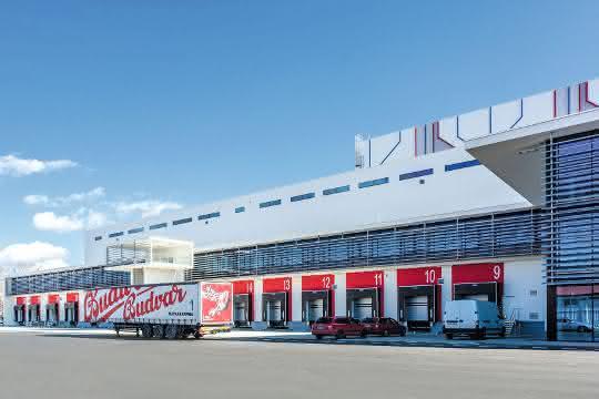 Titelgeschichte materialfluss SPEKTRUM 2019: Schnelllaufende Tore  für Budweiser