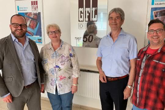 Der Geschäftsführende Gesellschafter, Dr. Gunther Wobser, gemeinsam mit den scheidenden Geschäftsführern von GFL, Ulrike Mischel, Dieter Bubel sowie dem Betriebsratsvorsitzenden Mike-Peter Klotz (v. l.).