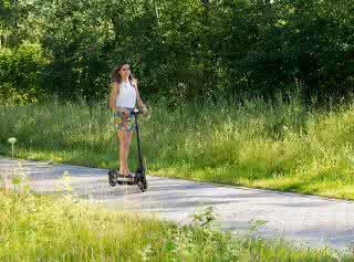 Pariya Shaigani, Doktorandin am Werner Siemens-Lehrstuhl für Synthetische Biotechnologie, auf einem E-Scooter