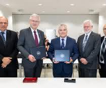 Prof. Dr. Jürgen Rühe, Rektor Prof. Dr. Hans-Jochen Schiewer, Prof. Dr. Eric J. Barron, Prof. Dr. Robert Crane, Prorektor der Pennsylvania State University, und Prof. Dr. Gunther Neuhaus (von links).