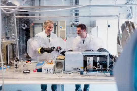 Thomas Happe (links) und Oliver Lampret wollen genau verstehen, wie Wasserstoff produzierende Enzyme funktionieren.