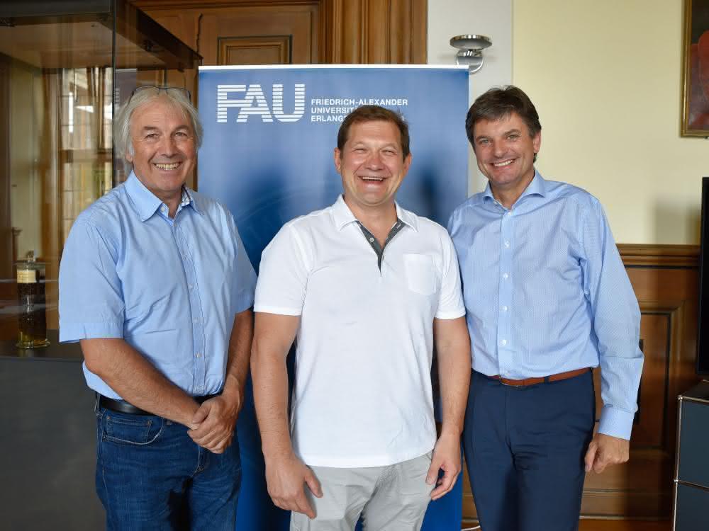 FAU-Präsident Prof. Dr. Joachim Hornegger hat Prof. Dr. Maxim Berezovski begrüßt, der seine Forschung nun an der FAU gemeinsam mit Prof. Dr. Alexander Steinkasserer fortsetzt.