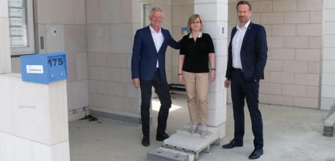 Dr. Hannes Zapf, Gesellschafter Zapf KG (links) und Peter Theissing, Geschäftsführer KS-Original GmbH mit Susanne Frank
