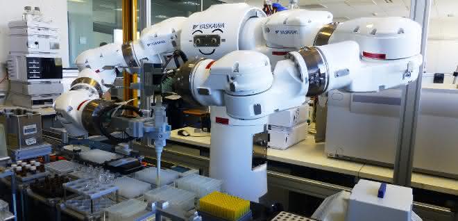 Bild 1: Zweiarm-Roboter beim Pipettieren mit manuellen Kolbenhubpipetten.
