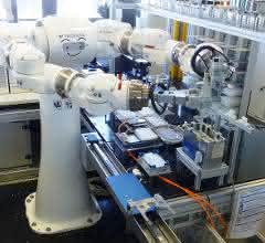 Bild 2: Zweiarm-Roboter beim Abwerfen von Pipettenspitzen.