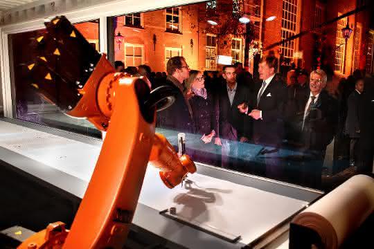 Künstler lassen Roboter die Bibel abschreiben
