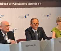 """Thomas Wessel (Mitte): """"Die deutschen Chemie- und Pharmaunternehmen stehen unter doppeltem Handlungsdruck: Sie müssen sich sowohl im weltweit steigenden Wettbewerb behaupten, wie auch ihr Know-how einsetzen, um Antworten auf wesentliche gesellschaftliche und ökologische Herausforderungen zu finden."""""""