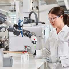Roboter arbeitet im Labor