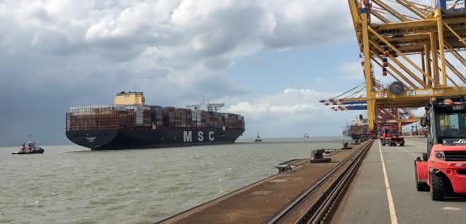 Erstanlauf: Größtes Containerschiff der Welt erreicht Bremerhaven