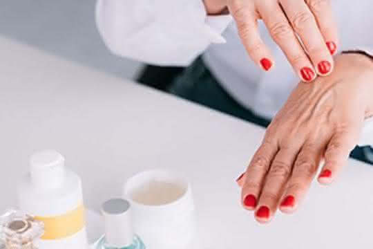 Emulsionen sind klassische Basis von Kosmetikprodukten für Hautschutz und -pflege.