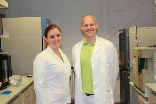 Jennifer Kaiser und Prof. Dr. Andreas Möglich vom Lehrstuhl für Biochemie der Universität Bayreuth.